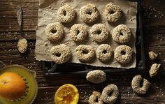 Κουλουράκια με ελαιόλαδο και πορτοκάλι Ανακατεύουμε με ένα σύρμα χειρός το λάδι, το χυμό, το ξύσμα, τη ζάχαρη και το κονιάκ σε ένα μπολ. Σε ένα μεγαλύτερο μπολ βάζουμε το αλεύρι κ...