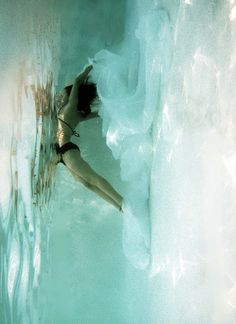 blue & white: woman underwater | photography . Fotografie . photographie | Photo: Sarah Brewington Baulac |