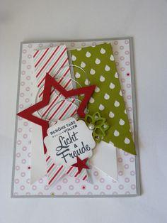 Tolle 3D-Karte mit den Designerpapier Fröhliche Feiertage von Stampin'  Up!. Die verschiedenen Lagen aus Papieren und das Etikett mit dem Stempelspruch aus dem Set Freude zur Weihnachtszeit wirken sehr lebendig. #Weihnachten #Karte #Stampinup #DIY #Stempel