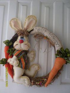 Guirlanda de cipó decorada com coelho feito com tecidos nacionais 100% algodão, enchimento siliconado.  Cores conforme sua preferencia.