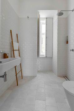Echelle en bois dans la salle de bains. LA tendance du moment pour y déposer vos serviettes. #minimalistbathroom