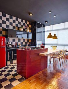 Loft - cozinha retrô - branco preto e vermelho ( Projeto: Gislene Lopes )