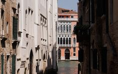 Palazzo Garzoni Moro - moderne Apartments im Herzen von Venedig Palazzo, Open Living Area, Venetian, Indoor Courtyard, Restore, Venice, Objects, Modern Design, Mansion