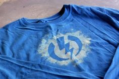 DIY bleach tees tshirt using Adhesive Vinyl, Bleach and Silhouette Cutting Machine Diy Craft Projects, Projects For Kids, Fun Crafts, Bleach T Shirts, Sibling Gifts, Tee Design, Cool Kids, Creative Gifts, Gifts For Kids