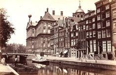 Nieuwezijds Voorburgwal, gezien in noordelijke richting achterzijde van het Koninklijk Paleis (ca. 1880).