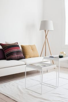 Hviitblogg.no129 Scandi Living Room, Sweet Home, Mid Century, Throw Pillows, Bed, Interior, Inspiration, Furniture, Lamps