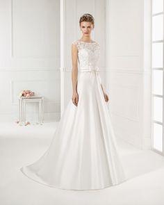 Vestido de raso, bordado y pedreria en color natural. Vestido de raso, bordado y pedreria en color blanco.