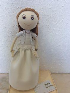 Muñeca fofucha de comunión personalizada con vestido de vuelo, chaqueta corta y peinado de trenzas.