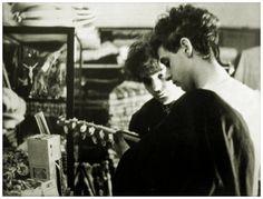 Gustavo Cerati y Zeta Bosio probando un charango en alguna tienda del NOA…