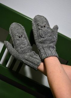 Kaliumdikromaatti-blogissa neulottiin ihanat Kiitos ja näkemiin -pöllölapaset Novita Isoveli -langasta. Crochet Mitts, Knit Mittens, Mitten Gloves, Knit Crochet, Knitting Charts, Knitting Patterns, Fingerless Mitts, Owl Patterns, Handicraft