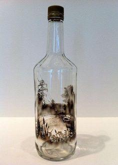 Il donne vie aux bouteilles vides à l'aide de cotons-tiges et de fumée, c'est surprenant