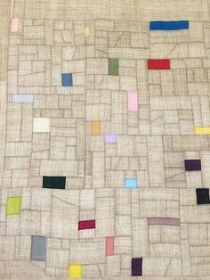 손이 베일 듯 까칠한 생모시, 그래서인지 한 발짝 다가서기에 무척 망설여진다. 곤두설 대로 곤두선 지난날... Seminole Patchwork, Crazy Patchwork, Scandinavian Quilts, Fabric Board, Textile Fiber Art, Shape Art, Antique Quilts, Patch Quilt, Textiles