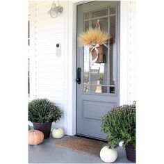 Front Door Paint Colors - Want a quick makeover? Paint your front door a different color. Here a pretty front door color ideas to improve your home's curb appeal and add more style! Best Front Door Colors, Best Front Doors, Front Door Paint Colors, Front Door Entrance, Painted Front Doors, Entrance Decor, The Doors, Front Door Decor, Entry Doors
