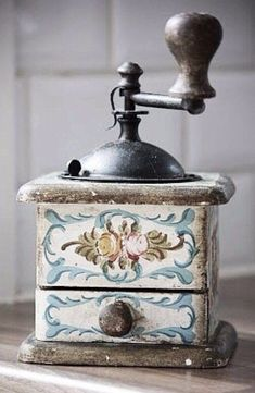This vintage coffee grinder is a must have accessory for any coffee-lover. Café Vintage, Vintage Antiques, Vintage Tools, Retro Cafe, I Love Coffee, Coffee Break, Coffee Cafe, Coffee Shop, Coffee Brewers