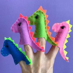 Dedoches de dinossauros em feltro com molde para imprimir Felt dinosaur dies with artwork Felt Puppets, Felt Finger Puppets, Finger Puppet Patterns, Activities For Kids, Crafts For Kids, Dinosaur Crafts, Dinosaur Puppet, Operation Christmas Child, Dinosaur Birthday Party