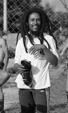 Bob at football practise. Image Bob Marley, Bob Marley Art, Bob Marley Quotes, Bob Marley Legend, Reggae Bob Marley, Reggae Style, Reggae Music, Rastafarian Culture, Bob Marley Pictures
