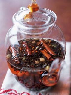 カルダモンは包丁で押さえるなどして割る。シナモンは適当に折り、カルダモン、茶葉と共にポットに入れて湯を注ぐ。