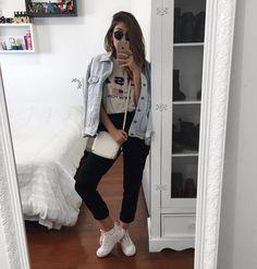 #7lookschallenge yasmim fassbinder tênis branco @yaah_Esse é provavelmente o look mais a minha carinha que eu já montei em todos os #7lookschallenge! Eu amei tanto ele que quero usar todos os dias hahah tem tudo que eu adoro: jaqueta jeans, camiseta detonadinha e essa calça social que eu tô completamente viciada e que é a coisa mais confortável do mundo. Além disso tudo, o tênis branco que combinou super bem com toda a estética do look. Tô super orgulhosinha dele heuaha. Espero que vocês…