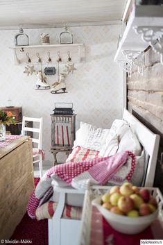 sohva,hirsiseinä,tapetti,tupa,olohuone,mökki