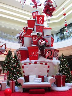 Christmas decor for Upper Canada Mall / Décor de Noël