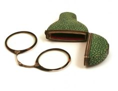 Rivet spectacles, 1765-1775, England, tortoise shell surrounds in a fitted shagreen etui. The nose bridge is in silver and the piece dates to circa 1770. Shagreen, silver, horn, glass. Phisick
