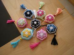 Crochet Key Cover, Patron Crochet, African Flowers, Knit Patterns, Crochet Flowers, Crochet Stitches, Crochet Projects, Lana, Crochet Necklace