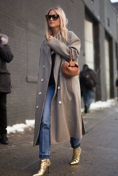 Charlotte Groeneveld is seen attending MILLY during New York Fashion Week wearing a long coat with blue jeans and gold shoes on February 10 2017 in. Printemps Street Style, Nyfw Street Style, Looks Street Style, Spring Street Style, Cool Street Fashion, Street Chic, Fashion Mode, Fashion Week, Womens Fashion