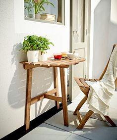 ASKHOLMEN table de balcon, 19,99 euros. Acacia massif, lasure acrylique. Designer Jon Karlsson. L 70 x P 44 x H 71 cm. Ikea.