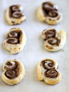 Nutella Palmiers are smooth and oozing from the hazelnut spread, yet flaky and crunch from the puff pastry. Nutella Puff Pastry, Chocolate Pastry, Frozen Puff Pastry, Nutella Chocolate, Italian Cookie Recipes, Puff Pastry Recipes, Italian Cookies, Sweets Recipes, Baking Recipes