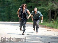 En attendant sa reprise sur les écrans d'AMC, prévue pour ce dimanche aux Etats-Unis, The Walking Dead s'est fièrement affiché sur la couverture d'Entertainment Weekly, dans différentes unes aux couleurs des protagonistes du show. Au passage, o....
