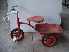 L'incontournable Tricycle ROUGE avec la benne pour traîner au bac à sable !