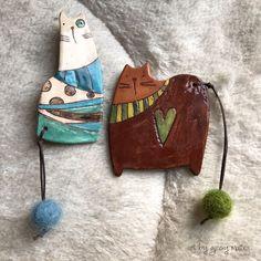 Cat ceramic brooches - art by Giosy Matteu Ceramic Pendant, Ceramic Jewelry, Ceramic Beads, Ceramic Clay, Polymer Clay Jewelry, Cat Jewelry, Slab Pottery, Ceramic Pottery, Keramik Design
