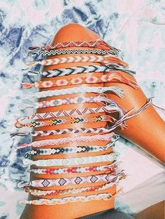 25 Things to Do Yet This Summer If You're Bored - We all know it… the VSCO summer pictures and Pi Friendship Bracelets Designs, Bracelet Designs, Fishtail Friendship Bracelets, Thread Bracelets, Beaded Bracelets, String Bracelets, Embroidery Bracelets, Braclets Diy, Tassel Necklace