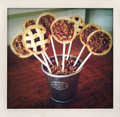 little pie pops/ cheesecake pops. Pie Pops, Köstliche Desserts, Delicious Desserts, Yummy Food, Dessert Recipes, Pops Brownie, Yummy Treats, Sweet Treats, Cheesecake Pops
