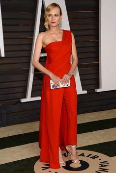 Diane Kruger nos inspira con un 'look' sobresaliente que nada tiene que envidiar a los vestidos largos a base de un mono-capa asimétrico en rojo de Donna Karan Atelier, sandalias Jimmy Choo y original 'clutch' de Anya Hindmarch
