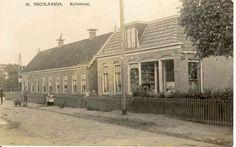 Kerkstraat vroeger met op voorgrond drogisterij wat later winkel werd van buurman De Lange. Op de achtergrond de rij huisjes van de kerk met op het eind de kapper. In een van deze huisjes heeft mijn Beppe ook lang gewoond. In het eerste huisje naast de winkel van De Lange woonde de petroleumboer
