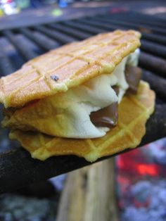 Under the High Chair: Top Ten Favorite Camping Foods I def want to try the banana/nutella snack, sounds delish (and messy lol) Snelson Pepion Nutella Snacks, Nutella Recipes, Bushcraft Camping, Waffle Cookies, Cookies Et Biscuits, Fondue, Belgium Waffles, Long Week-end, Good Food