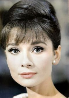 The actress Audrey Hepburn photographed by Bob Willoughby at the Studios de Boulogne, located on Avenue Jean-Baptiste-Clément, in Boulogne-Billancourt, a French commune in the Hauts-de-Seine. Audrey Hepburn Mode, Audrey Hepburn Outfit, Katharine Hepburn, Audrey Hepburn Hairstyles, Timeless Beauty, Classic Beauty, Classic Elegance, Classic Style, Classic Hollywood