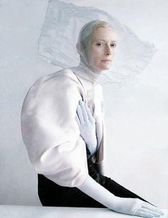 Tilda Swinton, fotografada por Tim walker, com top e calças Céline, luvas  Cornelia James, styled por Jacob K. A manga presunto , as luvas que acentuam a delicadeza das mãos e o adorno na cabeça são reminescentes de têndencias vitorianas.
