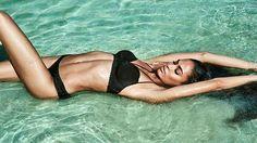 """Cover girl da Vogue deste mês @joansmalls se prepara para levar sua criatividade para o universo da lingerie. A top vai desenvolver uma coleção-cápsula para a Smart & Sexy prevista para chegar às lojas no verão 2018 do hemisfério norte. """"Me apaixonei pela marca pelo fato de atender mulheres de todos os tamanhos e ter preços acessíveis"""" disse a porto-riquenha que foi convidada para ser o rosto e corpo da campanha de verão 2017 da label. Mais detalhes em vogue.globo.com #joansmalls  via VOGUE…"""