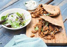 Pitabroodjes met kruidige kipshoarma en frisse salade met komijndressing