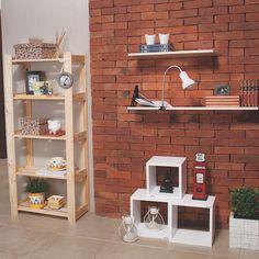 Quer uma dica de decoração barata e útil? Invista em estantes ou nichos! Você pode organizar melhor e decorar com fotografias, livros, plantas e apoiar luminárias!