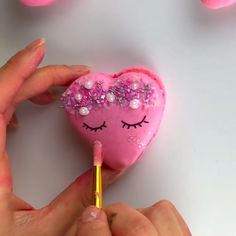 These are such a fun idea for some cute Valentine's Day treats 🤗 Credits IG: Josephine Casey Cake Decorating Videos, Cake Decorating Techniques, Cookie Decorating, French Macaroon Recipes, French Macaroons, Meringue Desserts, Cute Desserts, Baking Recipes, Dessert Recipes