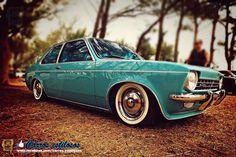 """Chevrolet Chevette (1974)   Até o Chevette, os automóveis pequenos adotavam formatos alternativos. O seu, sedã de três volumes, era comum aos carros grandes, o que contribuía para que o Chevette não parecesse """"apenas mais um carrinho"""", como apregoava a publicidade oficial."""