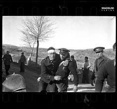 Teruel. December, 1937. Republican soldier helping a wounded man//Robert Capa