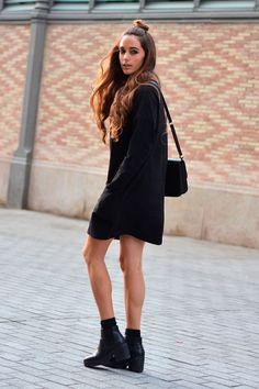 Street style look sueter dress preto e sapato bota com salto tratorado