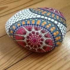 Galet peint à la main - peinture acrylique Pébéo # Mandala Stone #