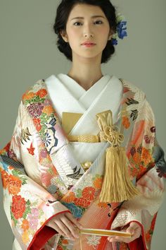古典柄/大人 鶴/四季花をあしらった色打掛 花車流水 シルバー Japanese Wedding Kimono, Japanese Kimono, Japanese Geisha, Very Pretty Girl, Modern Kimono, Kimono Design, Japanese Costume, Oriental Fashion, Japanese Beauty