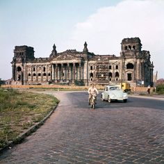 """Hauptstadt Berlin"": Der Reichstag in Berlin war eine Ruine. West Berlin, Berlin Wall, Berlin Berlin, East Germany, Berlin Germany, Vintage Photography, Street Photography, Fashion Photography, Rare Historical Photos"