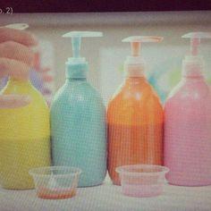 Häll färg i gamla handtvålar, då kan barnen enkelt ta färg själva! ✨